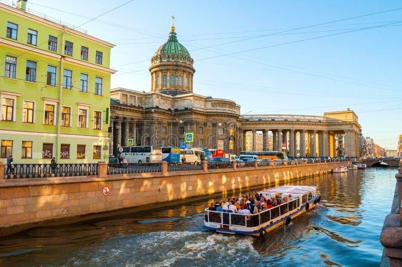 Kazan kathedraal en Griboedov-kanaal in St. Petersburg, Rusland Het landschap van de de zomerstad royalty-vrije stock afbeeldingen