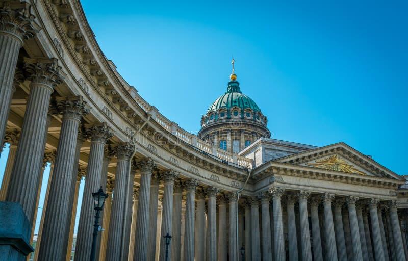 Kazan Kathedraal met blauwe hemel in Heilige Petersburg, Rusland stock afbeeldingen