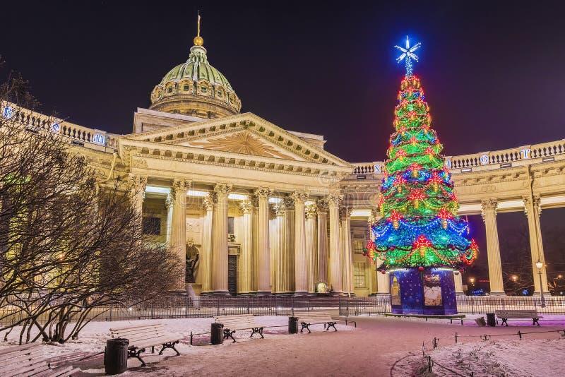 Kazan Kathedraal met Kerstmissparren, St. Petersburg royalty-vrije stock foto's