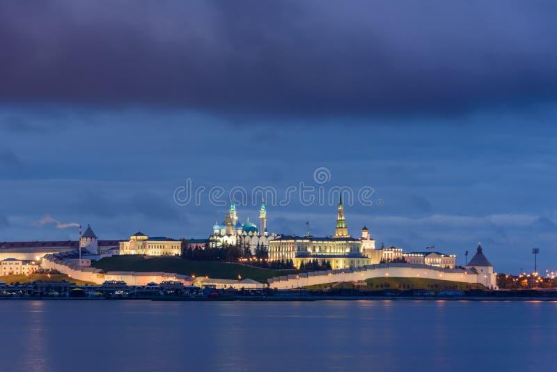 Kazan Kremlin met Presidentieel Paleis, Annunciation Cathedral, Soyembika Tower, Qolsharif Mosque van de dijkdijk nabij stock afbeelding