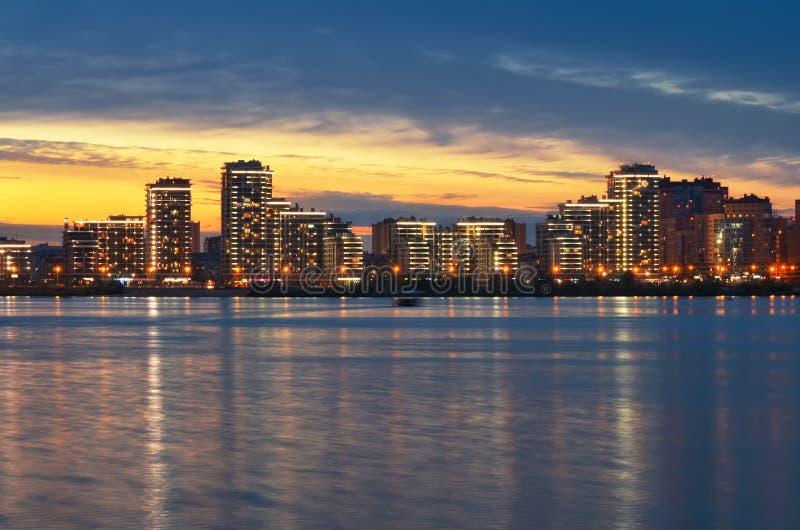Kazan miasto przy zmierzchem, widok od bulwaru Kazanka rzeka zdjęcia royalty free