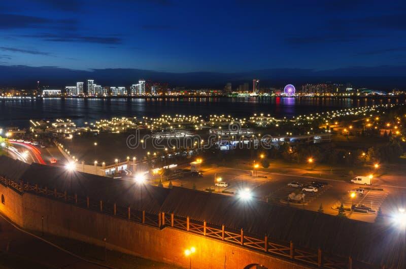 Kazan przy nocą, widok bulwar Kazanka rzeka i obszary zamieszkali na opposite, Deponujemy pieniądze obrazy royalty free