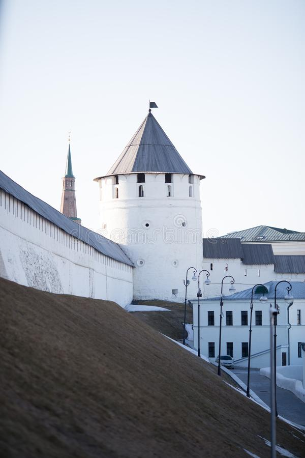 Kazan, Rússia 14 de abril de 2018: as paredes do Kremlin urbano velho da cidade de Kazan na mola adiantada foto de stock