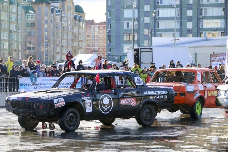 KAZAN, RÚSSIA - 29 DE ABRIL DE 2018: Os carros e os motoristas em uma arena pequena competem em um derby da demolição Carros da l fotos de stock royalty free