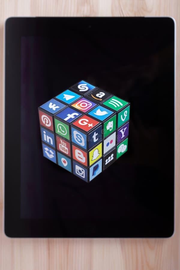 KAZAN, RÚSSIA - 27 de janeiro de 2018: Um cubo com logotipos sociais populares dos meios encontra-se no PC da tabuleta imagens de stock royalty free