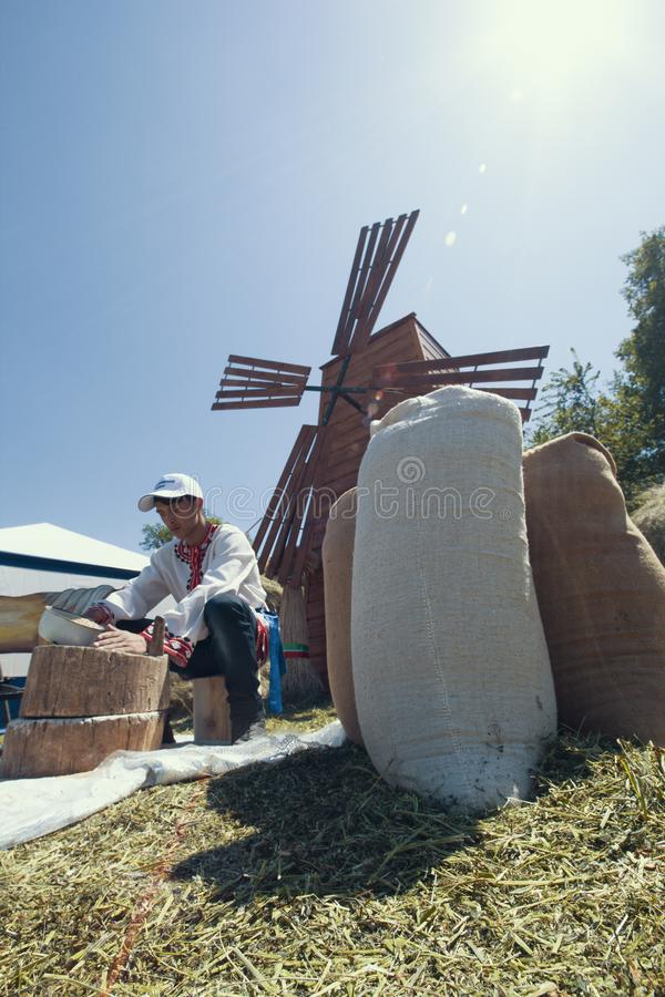KAZAN, RÚSSIA - 23 DE JUNHO DE 2018: Festival Tatar tradicional Sabantuy - moleiro do homem novo que senta-se perto do vintage de imagens de stock royalty free