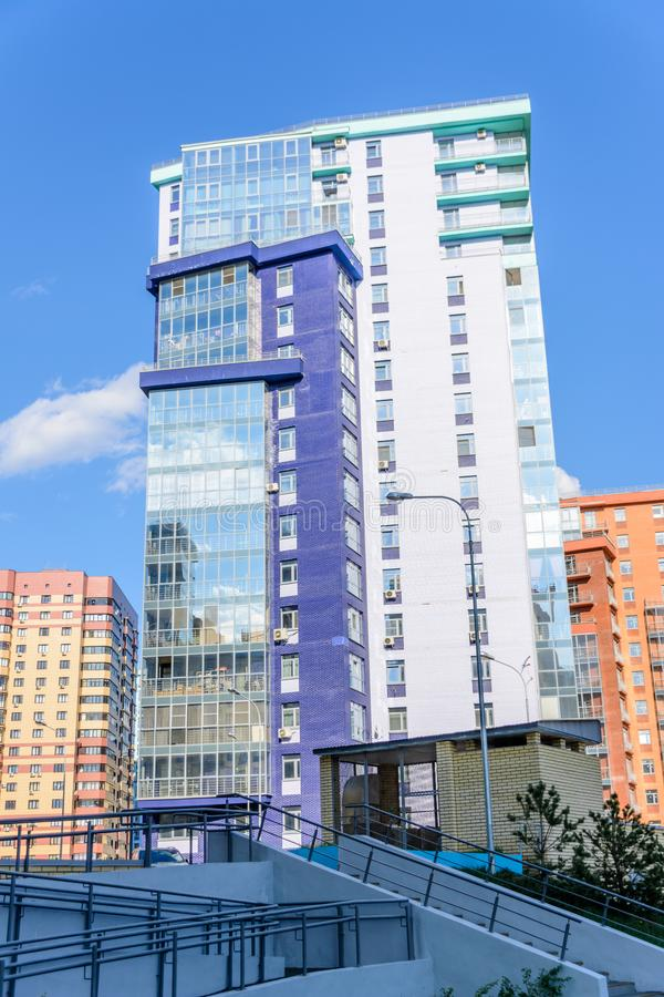 Kazan, Rússia - 9 de maio de 2019: Construção curvada do multi-andar com muitos balcões vitrificados Projeto criativo de residenc fotografia de stock