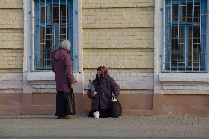 KAZAN, RÚSSIA, o 19 de novembro de 2016, mendigo fêmea desabrigado de A está implorando na rua do baumana perto da igreja ortodox foto de stock