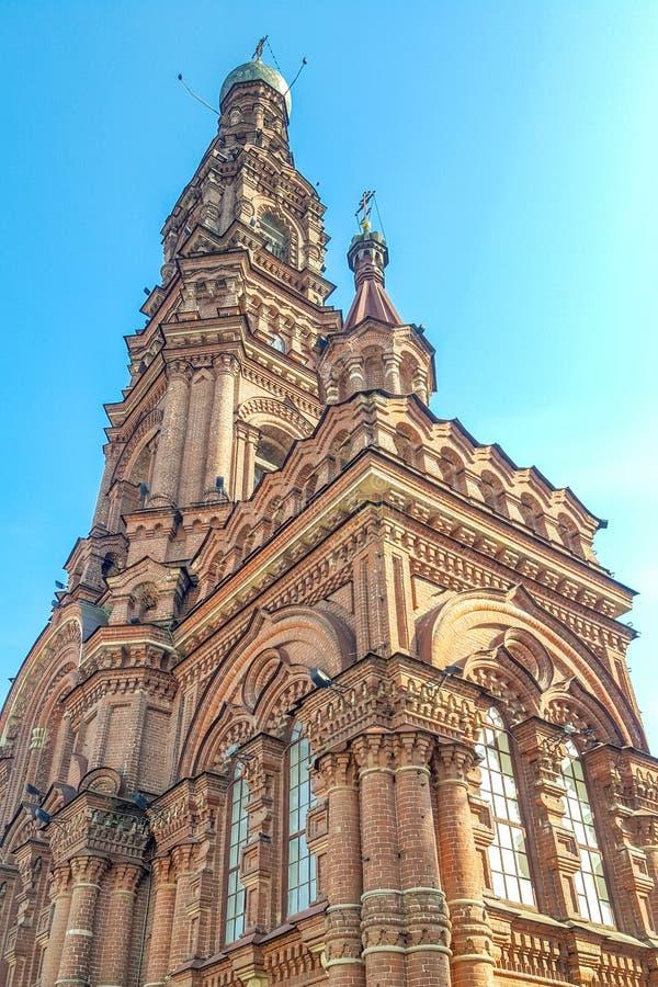 Kazan/Rússia - podem 2019: St de Bauman em Kazan - sino-torre da catedral do esmagamento um templo em honra do acquisit do terço imagem de stock