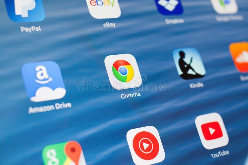 KAZAN, R?SSIA - 3 DE JULHO DE 2018: IPad de Apple com ?cones de meios sociais Google Chrome no centro fotografia de stock