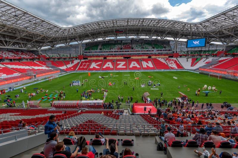 KAZAN ROSJA, CZERWIEC, - 3, 2016: Ludzie nside stadium Kazan areny w Rosja fotografia stock