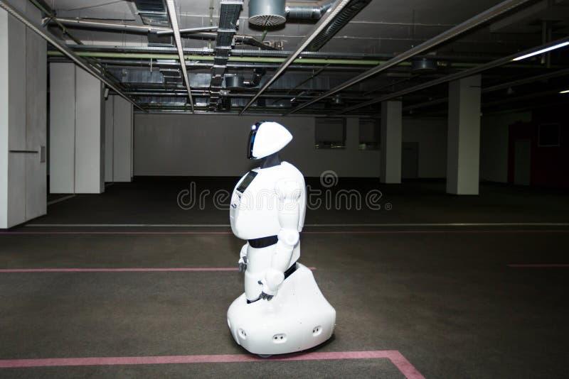 Kazan, Rosja - March2018: Mały robot z twarzą ludzką i ciałem - humanoid sztuczna inteligencja zdjęcie stock