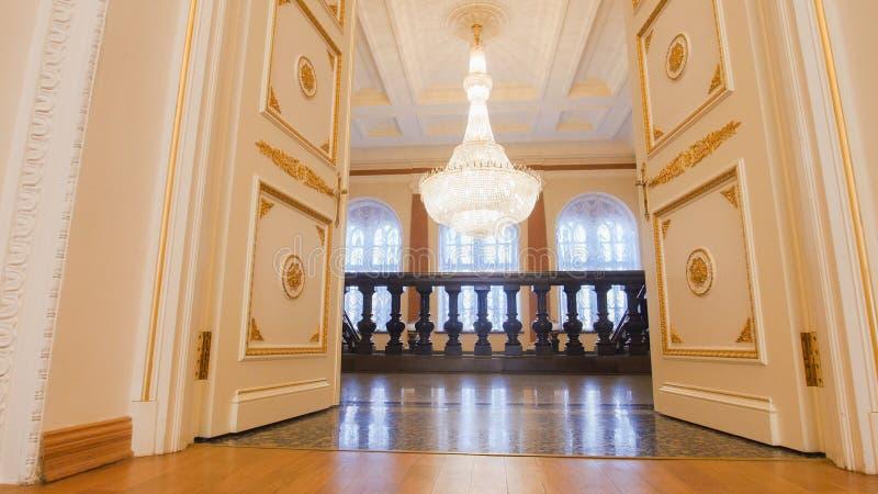KAZAN ROSJA, MARZEC, - 30, 2018: , drabina w urzędzie miasta narządzanie dla dziejowy prywatka - luksusowa sala balowa - obraz stock