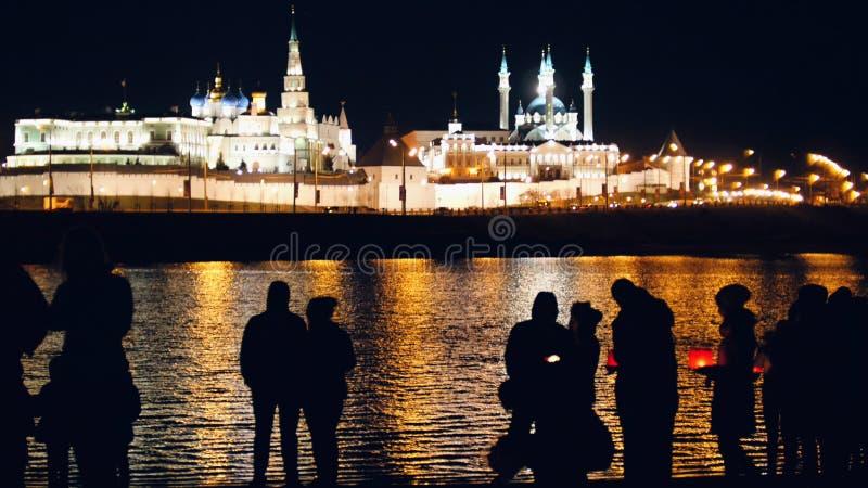 Kazan, Rosja, 12 może przy festiwalem spławowi lampiony na Kazanka 2017 - sylwetki kochająca para obrazy stock