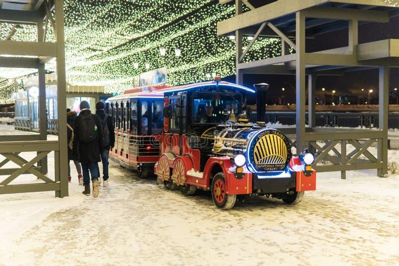 KAZAN ROSJA, STYCZEŃ, -, 2018: dziecka ` s parowa lokomotywa na nowego roku ` s ulicie stacza się dzieciaków zdjęcia stock