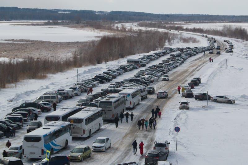 Kazan, Rosja Sviyazhsk wyspa karnawałowy świętowanie - 28 2017 Luty - parking z śniegiem zakrywał samochody - zdjęcie royalty free