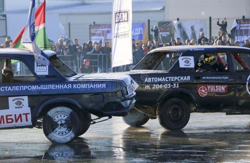 KAZAN, RUSLAND - APRIL 29, 2018: De auto's en de bestuurders in een kleine arena concurreren in een vernielingsderby Strijdauto's royalty-vrije stock afbeeldingen