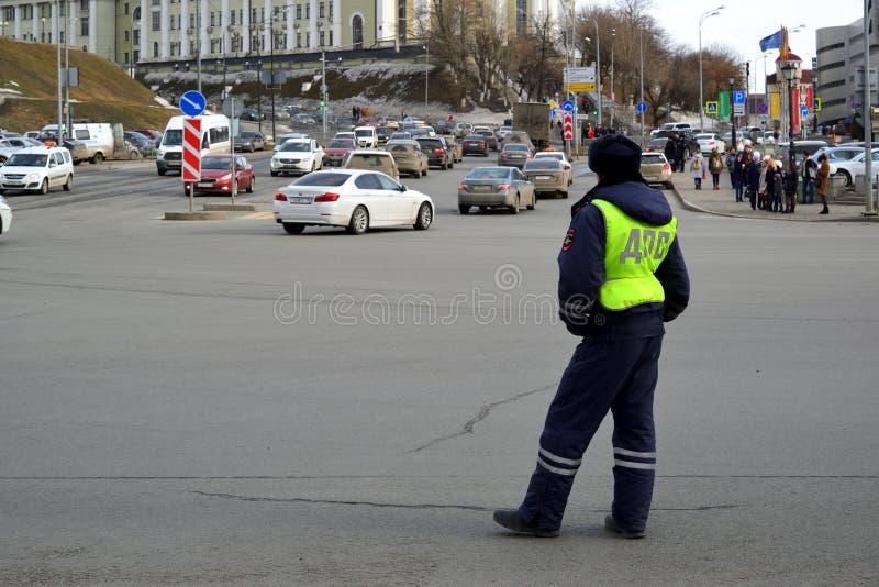 Kazan, Rusland - breng 27 in de war 2017 Werknemer DPS tijdens uitvoering van het werk stock foto's