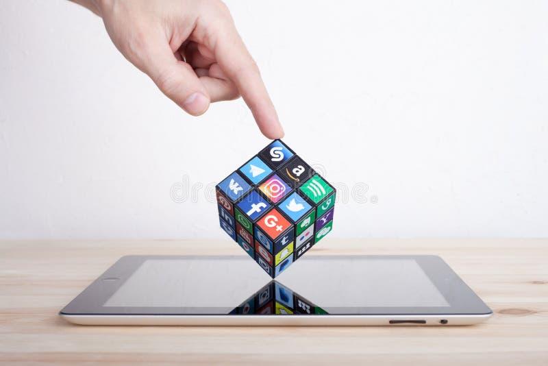 KAZAN, RUSLAND - Januari 27, 2018: Man hand houdt een kubus met sociale media emblemen royalty-vrije stock foto