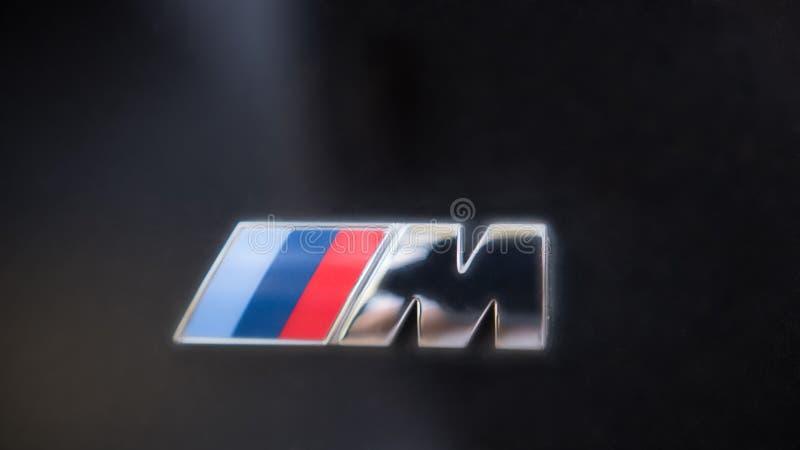 Kazan, Rusland - juli 2017 - embleemteken voor BMW M op zwarte kap van de auto royalty-vrije stock foto's
