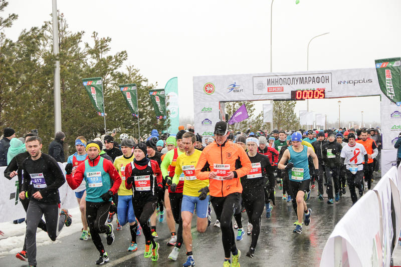 KAZAN, RUSLAND - 23, 2017: marathonagenten bij begin Kazan M royalty-vrije stock foto