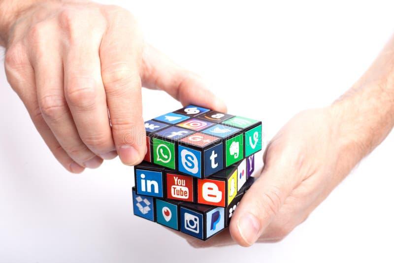 KAZAN, RUSSIA - 27 gennaio 2018: La mano dell'uomo tiene un cubo con la raccolta del logos sociale popolare di media stampato su  fotografia stock