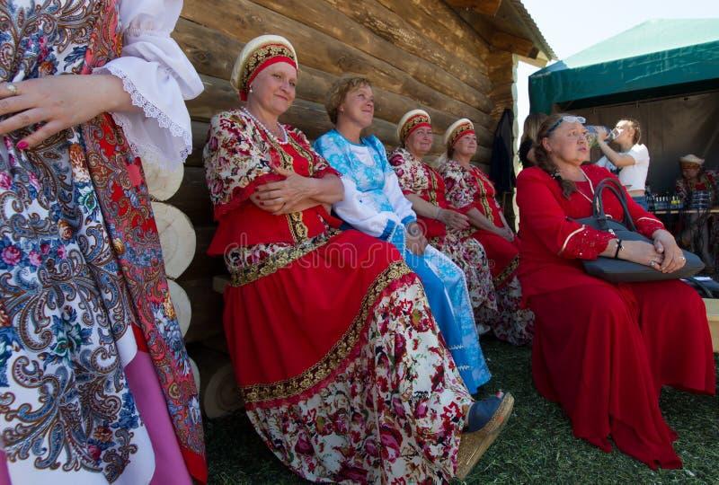KAZAN, RUSSIA - 23 GIUGNO 2018: Festival tartaro tradizionale Sabantuy - artisti maturi delle donne in vestiti nazionali russi fotografie stock libere da diritti