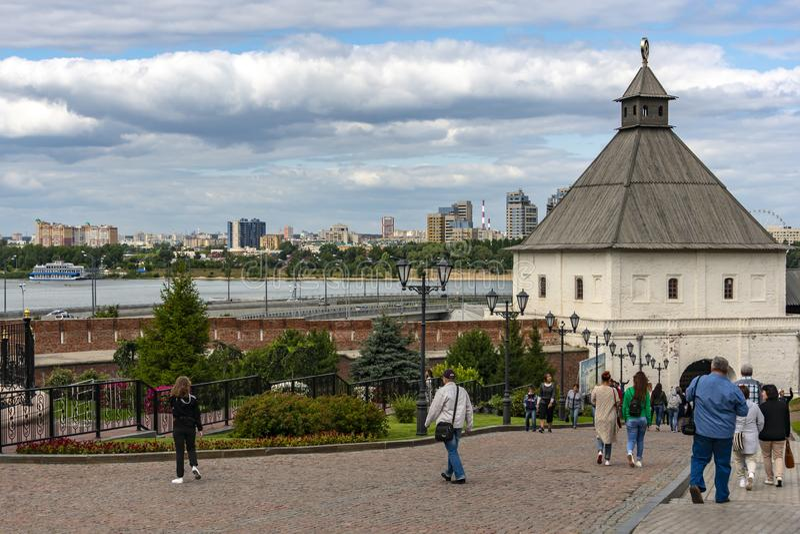 Kazan, Russie - 9 août 2018 : Vue de la tour de Tainitskaya à l'entrée vers Kazan Kremlin avec des touristes contre le backg image libre de droits