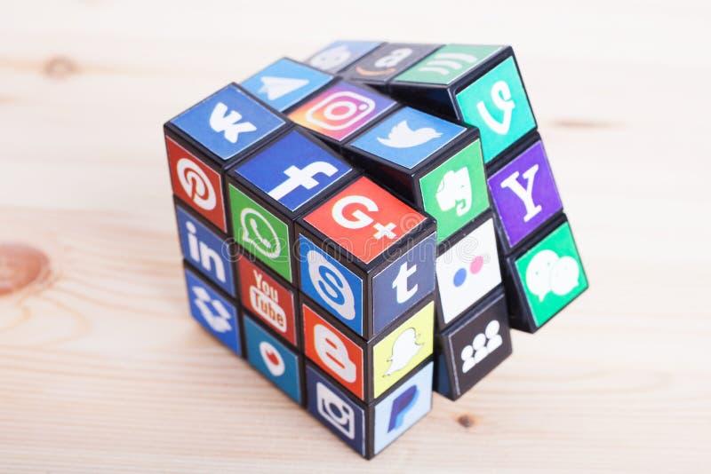 KAZAN, RUSSIE - 27 janvier 2018 : Collection de logos sociaux populaires de m?dias imprim?e sur le papier adh?sif et plac?e sur l image libre de droits