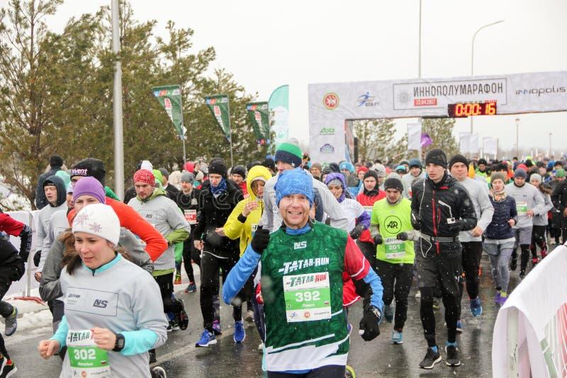 KAZAN, RUSSIE - 23, 2017 : marathoniens au début Kazan M photo stock