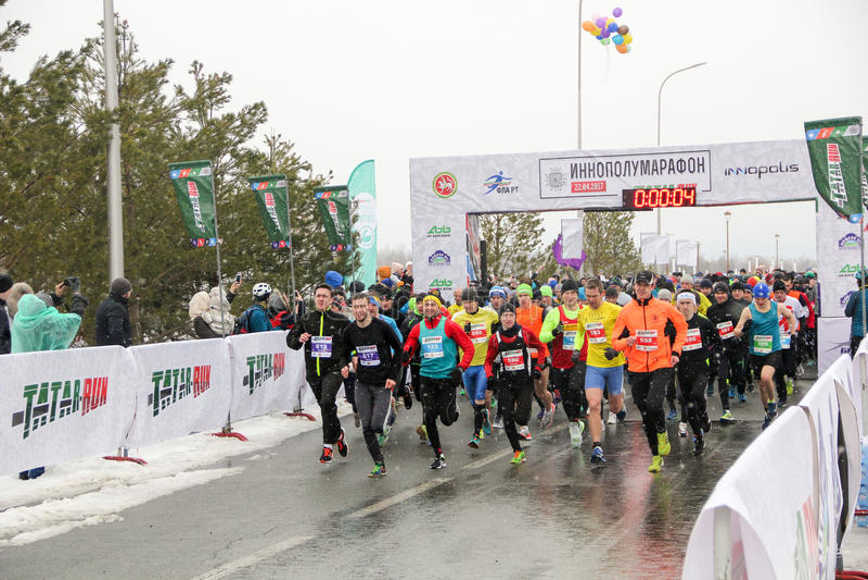 KAZAN, RUSSIE - 23, 2017 : marathoniens au début Kazan M images libres de droits