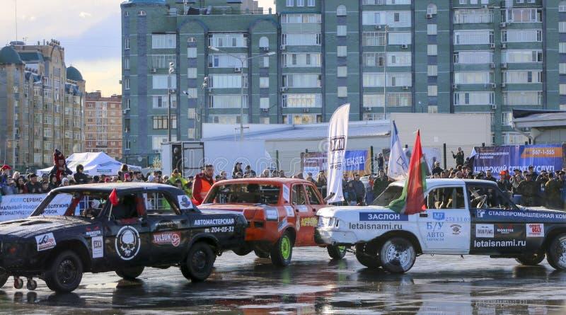 KAZAN RYSSLAND - APRIL 29, 2018: Bilar och chaufförer i en liten arena konkurrerar i ett rivningderby Kampbilar på överlevnad eft arkivbilder