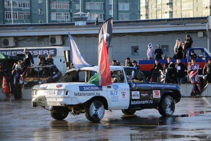 KAZAN RYSSLAND - APRIL 29, 2018: Bilar och chaufförer i en liten arena konkurrerar i ett rivningderby Kampbilar på överlevnad eft royaltyfri foto