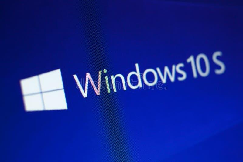 KAZAN RYSSLAND, December 7, 2017 Windows 10S logo på PCskärmen arkivbilder