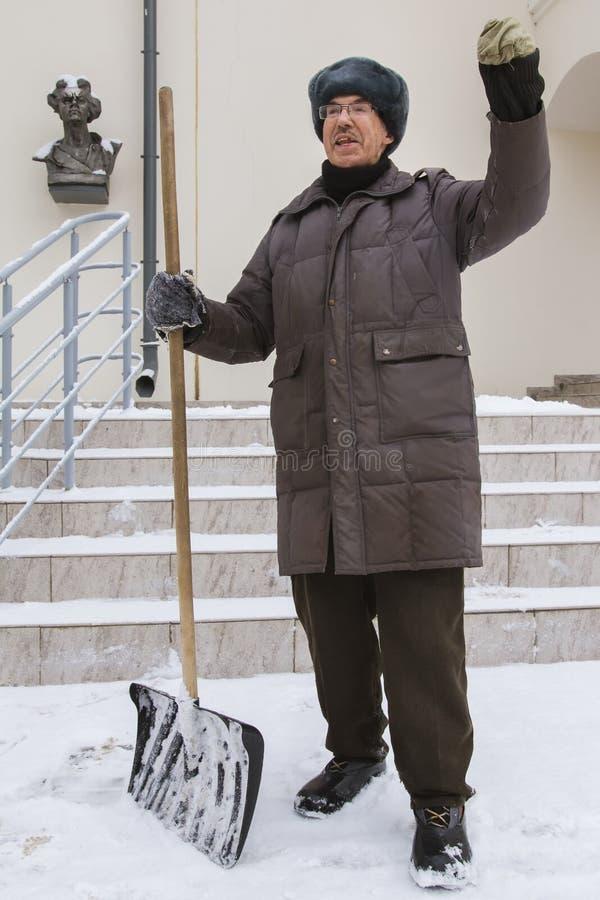 KAZAN RYSSLAND, FEBRUARI 10, 2017 Dörrvakten i rysk gata för vintersnö berättar berättelse om klokt och lön nära royaltyfria bilder