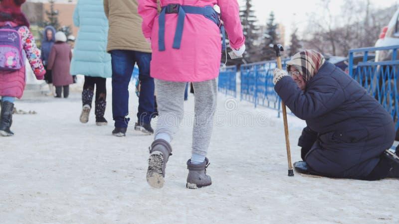 Kazan Ryssland, 17 februari 2017: Den gamla kvinnan gör till tiggare ogiltiga frågade pengar på gatan, fattigt disablefolk arkivbild
