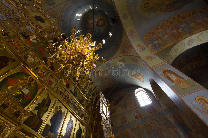 Kazan Ryssland, 9 februari 2017, Zilant kloster - insidan Christian Church - guld- tak royaltyfri foto