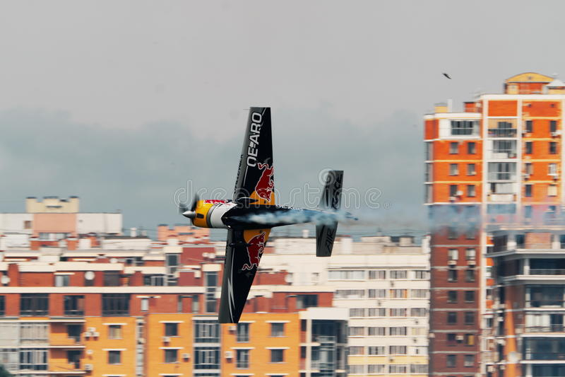 KAZAN RYSSLAND - JULI 21, 2017: Flygshow för mästerskap för värld för Red Bull luftlopp, utbildande dag i Kazan royaltyfri foto