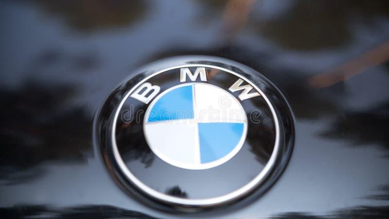 Kazan RYSSLAND juli 2017: Tecken av en BMW logo på den svarta bil- populära lyxiga sportbilen royaltyfri foto