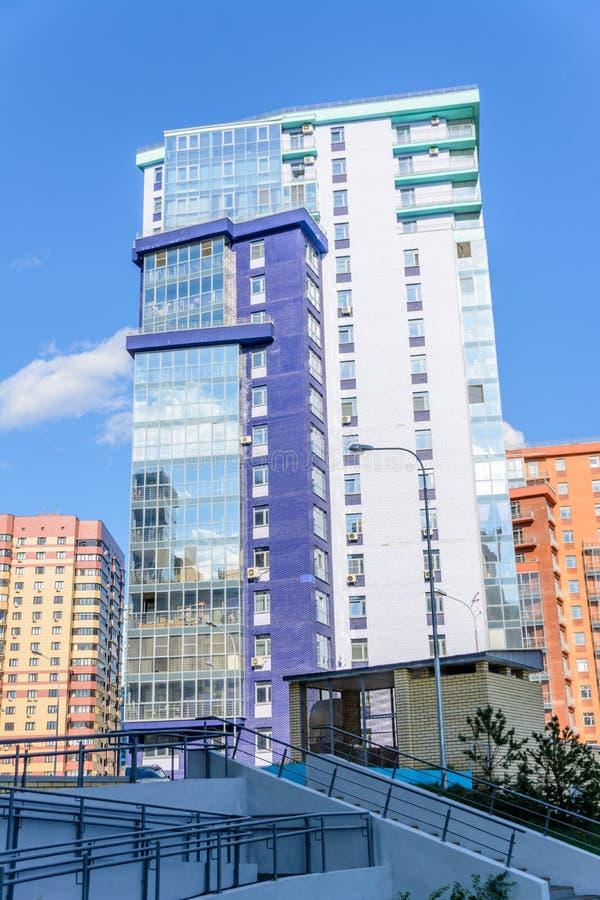 Kazan Ryssland - Maj 9, 2019: Krökt mång--våning byggnad med många glasade balkonger Idérik design av modernt bostads- arkivbild