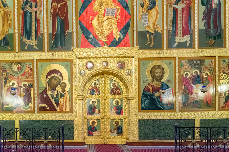 Kazan Ryssland - Mars 26 2017 Iconostasisen i domkyrka av förklaringen i Kreml royaltyfri bild