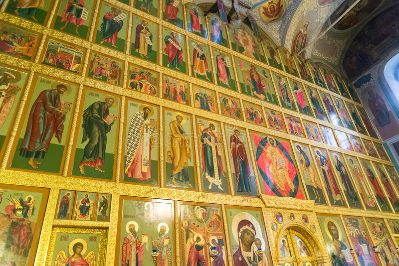 Kazan Ryssland - Mars 26 2017 Iconostasisen i domkyrka av förklaringen i Kreml royaltyfria bilder