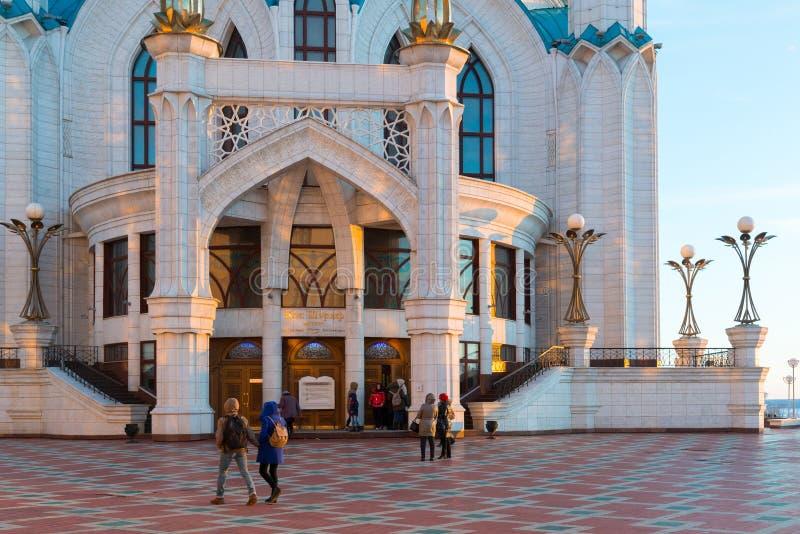 Kazan Ryssland - mars 26 2017 ingång till moskén Kul-Sharif på solnedgången Tatarstan arkivbild
