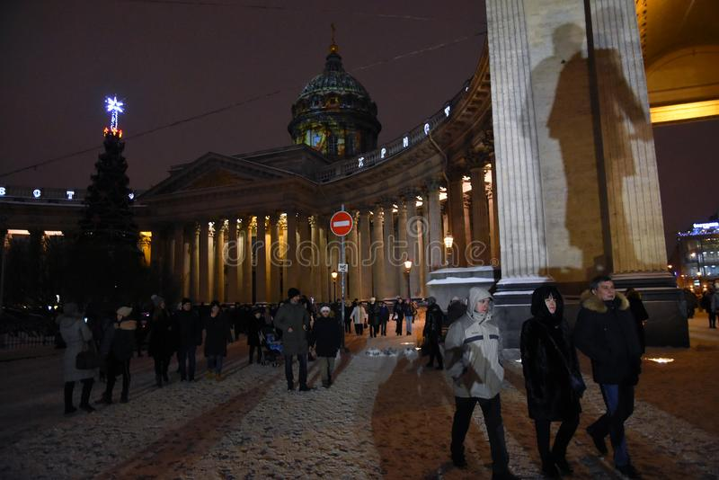 Kazan symbolskyrka och julpynt på den Nevsky utsikten royaltyfria foton