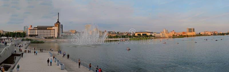 Kazan, Tartaristão, Rússia - 29 de maio de 2019: Vista panorâmica do lago, da terraplenagem e da fonte mais baixos Kaban imagens de stock