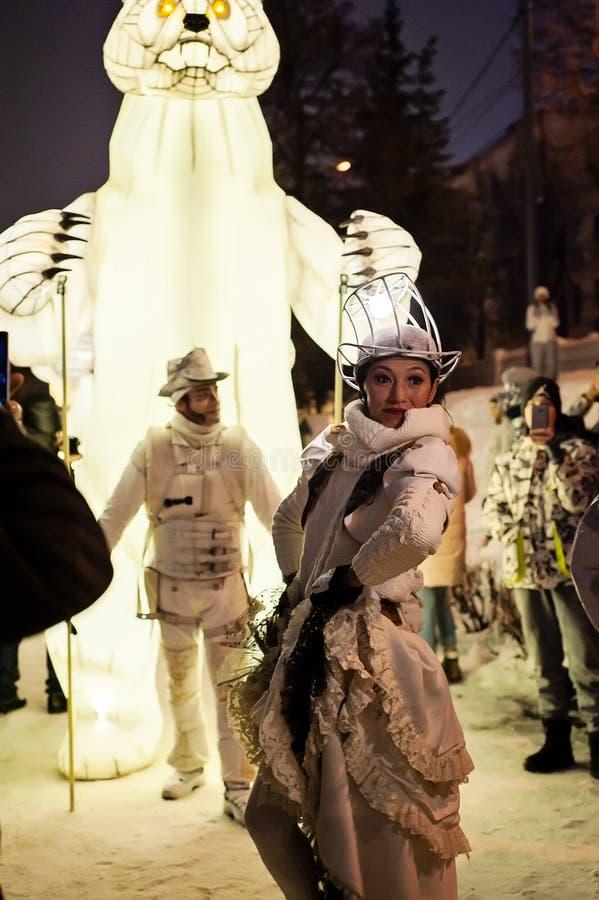 Kazan, Tartaristão/Rússia - 12 29 2017: A mostra de entretenimento do ` do Menage de Remue do ` O trupe francês trabalha no circo fotografia de stock