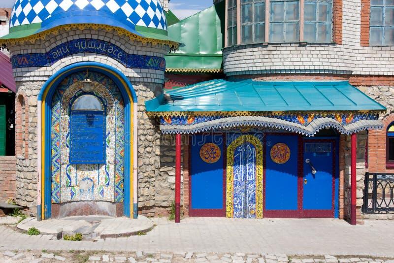 KAZAN TATARSTAN - MAJ 08, 2014: Entrancel sammanlagt religiontempel i Kazan, Ryssland It består av flera typer av klosterbroderbå arkivfoton