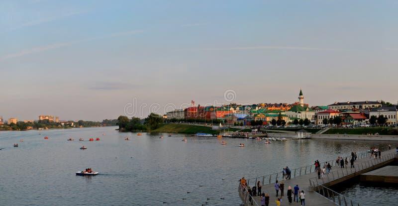 Kazan, Tatarstan Rosja, Maj, - 29, 2019: Panoramiczny widok jezioro, bulwar i fontanna Niscy Kaban, zdjęcia royalty free