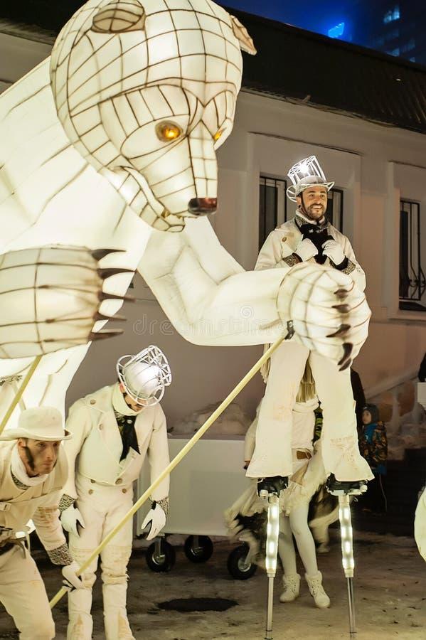 Kazan, Tatarstan/Rusland - 12 29 2017: Het vermaak van ` Remue Menage ` toont De Franse groepwerken in circus, dans en muziek stock fotografie