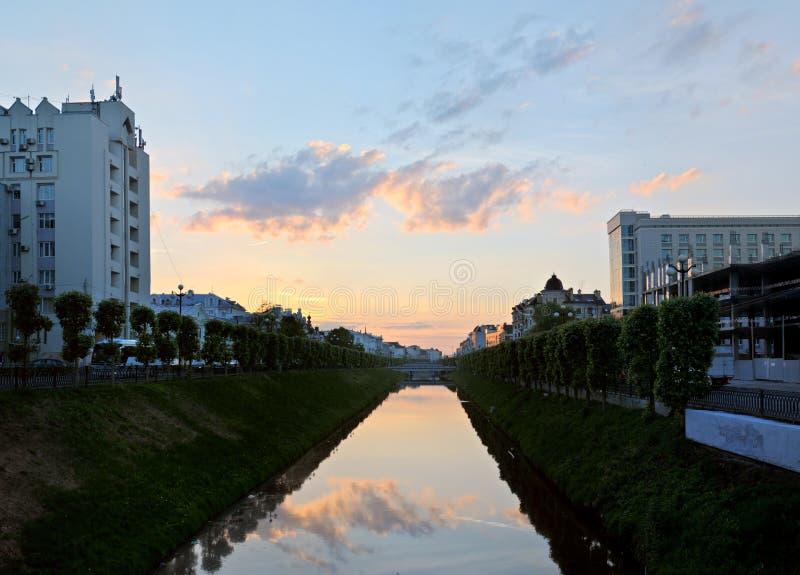 Kazan, Tatarstan, Russie - 27 mai 2019 : Même la vue du canal et du coucher du soleil de Bulak s'est reflété dans sa surface images libres de droits